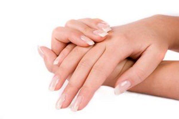 Hydratujte svoje ruky olejmi, krémami, mliekami s glycerínom a bambuckým maslom.