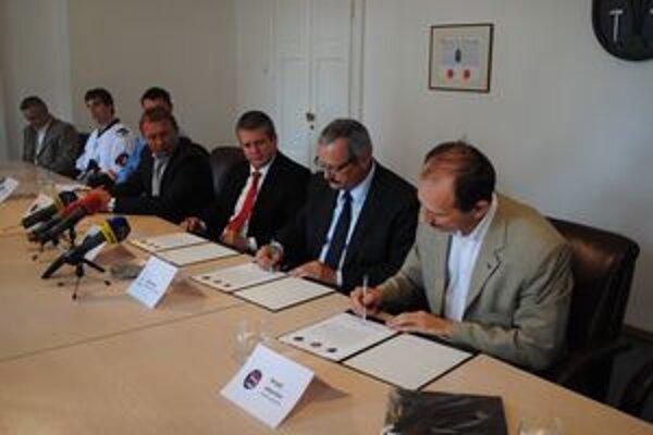 Podpis zmluvy o spolupráci. Sprava S. Jakovlev, J. Volný a M. Binek.