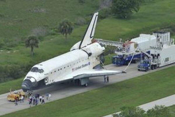Raketoplán Atlantis po poslednom pristátí. Letom STS-135 raketoplánu Atlantis sa skončila 30-ročná éra amerických raketoplánov.