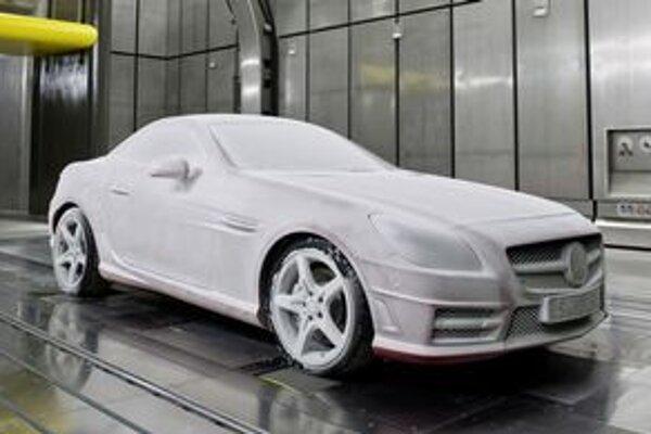 Mercedes v novej klimatickej komore. Nové klimatické tunely umožňujú testovať vozidlá pri teplotách od mínus 40 do plus 60 stupňov Celzia.