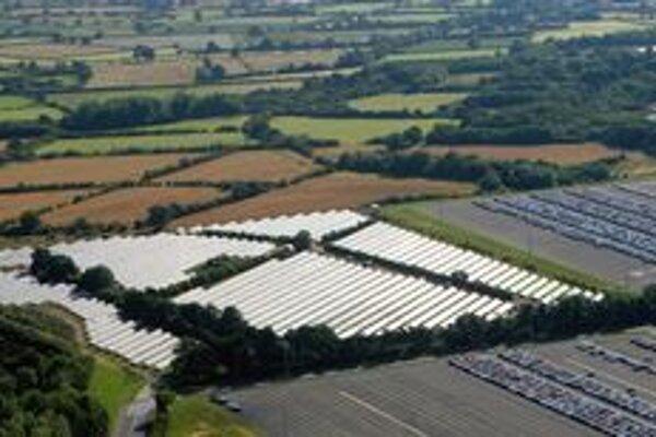 Solárna elektráreň závodu Toyota. Ide o prvú veľkoplošnú solárnu elektráreň výrobcu automobilov v Británii.