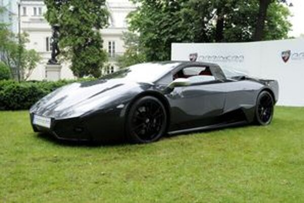 Superšportový automobil Arrinera. Na pohon vozidla slúži 6,2-litrový osemvalec s výkonom 476 kW.