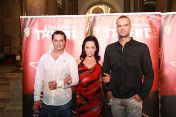 Akčná trojka. Lucie, Jaro a Martin majú za sebou divadelné epizódy, čakajú ich ešte živé vysielania Talentu.