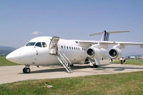 """Dopravné lietadlo BAe 146-200. Lietadlami tohto typu disponuje aj britská Kráľovská letka, ktorá """"vozí"""" kráľovnú."""