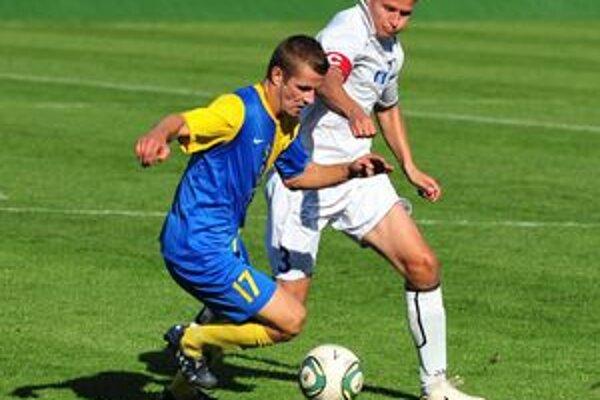 Tomáš Labun. Moldavský kapitán (vpravo) v súboji s domácim Dominikom Kuncom.