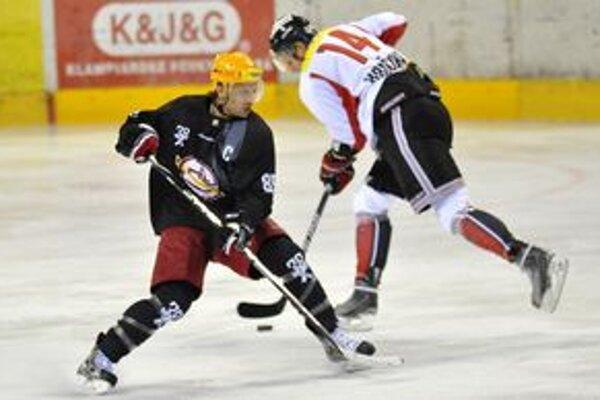 Súboj o puk. Hráč HC 05 Banská Bystrica Tomáš Hričina (vpravo) a hráč Dukly Trenčín Ján Pardavý.