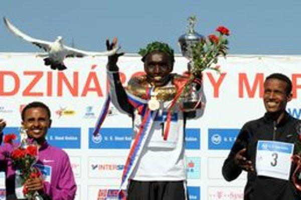 Na snímke uprostred víťaz Elijah Kiprono Kemboi z Kene, vľavo na druhom mieste Ebisa Merga Ejigu z Etiópie, vpravo na treťom mieste Gebo Burka Gameda z Etiópie.