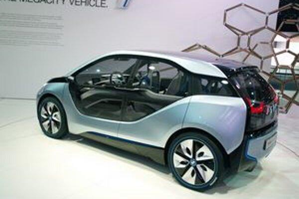Štúdia elektromobilu BMW i3. Elektromobil i3 je určený najmä na jazdy v meste a na jeho pohon slúži elektromotor výkonu 125 kW.