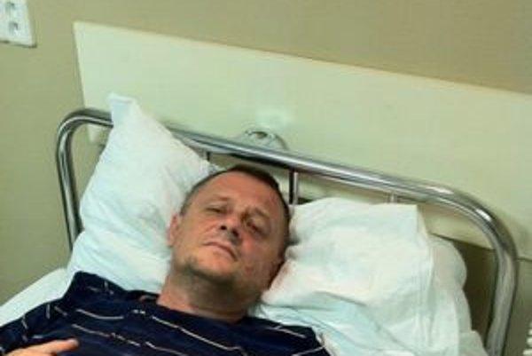 Zostáva v nemocnici. Fotografia z pondelka svedčí o tom, že Vilo sa necíti dobre.