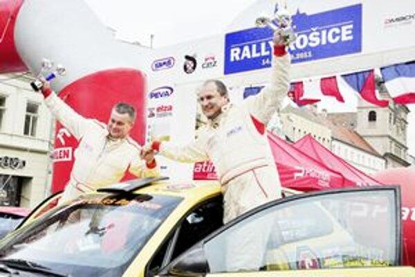 Radosť v cieli. Posádka Peter Haluška – Pavol Hnát po Rally Košice.