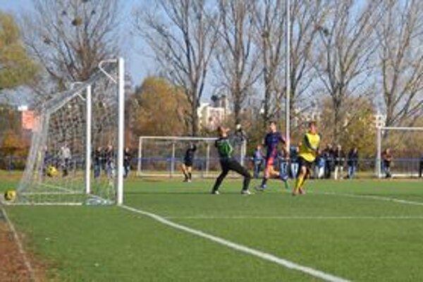 Michalovce B práve zvyšujú svoj náskok na dva góly. Brankára Bardejovskej Novej Vsi prekonal hlavou Oliver Podhorín (vpravo).