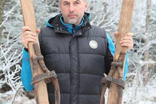 Vladimír Hubač so starodávnymi lyžami.