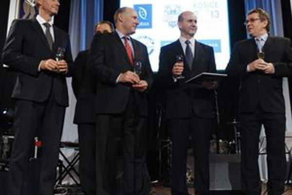 """Krstili knihu. Viceprezident pre výrobu U. S.  Steel Košice Mark Tabler a prezident HC Košice Vladimír Jacko a autor publikácie """"90 rokov hokeja v Košiciach"""" Vojtech Petty (vpravo)."""