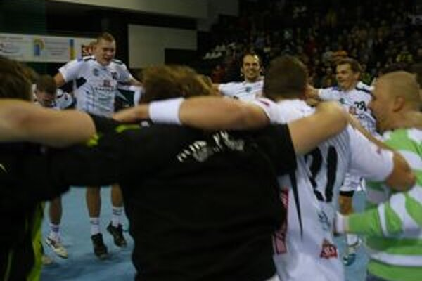 Kolečko víťazov. Prešovskí hádzanári si výhru patrične užívali.