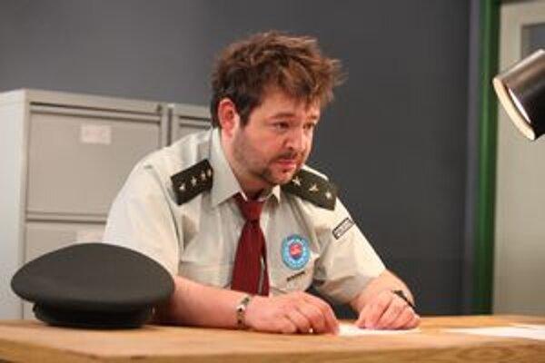 Fenomenálny nadporučík. Stačí pohľad Mikiho Hrica a zločincom sa trasú kolená.