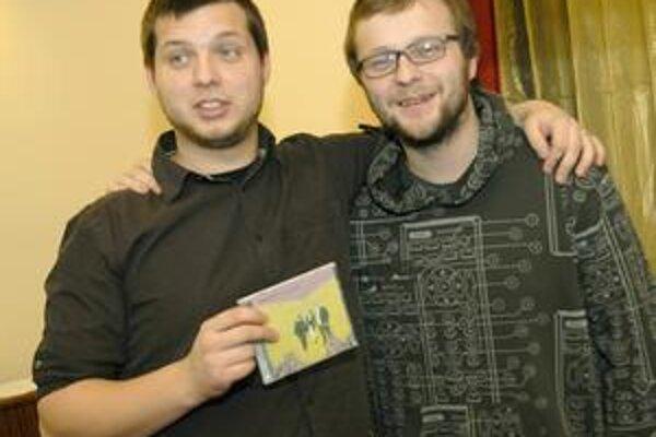 Hrdí muzikanti. Bubeník Stano Čorej a spevák Martin Husovský sa pýšia tretím CD Komajoty - Kolobeh.