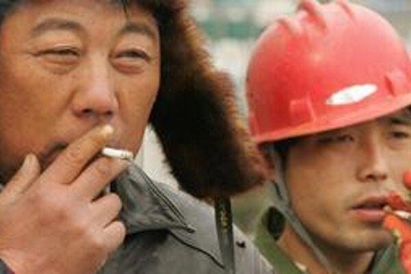 Číňania veľa fajčia. Zákazy fajčenia v reštauráciách, na pracoviskách a iných verejných priestoroch sa zatiaľ neveľmi dodržujú.