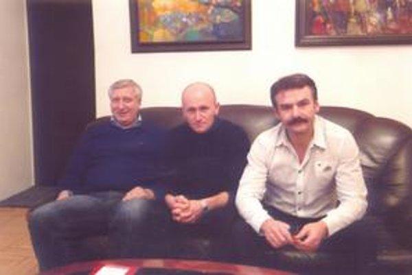 Slavomír Lindvai a jeho opory - hlavný sponzor Ján Andráš (vpravo) a manažér Michal Serečin (vľavo).