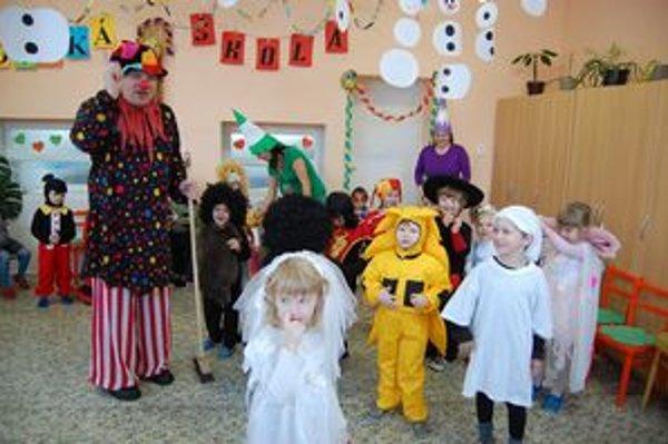 Šašo zo škôlky. Medzi deťmi v MŠ v Kolinovciach na ich karnevale.