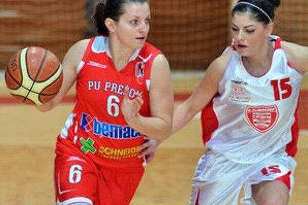 V bystrickom drese. Miriama Mackulínová (vpravo)  háji farby tímu spod Urpína.