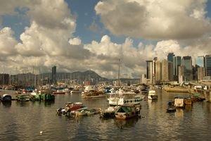 Hongkonský prístav. Môžete si z neho objednať okružnú plavbu cez Hongkong.
