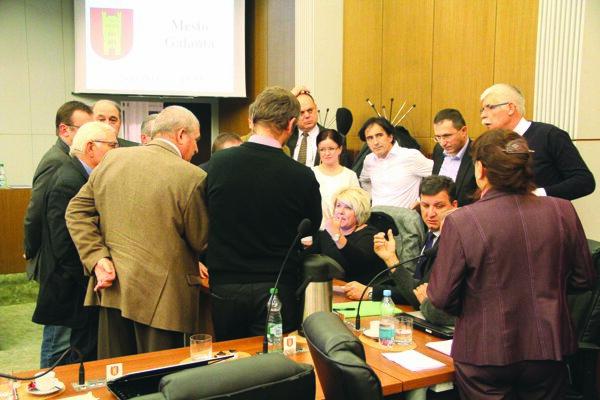 Poslanci sa v prestávke radili, v rokovaní sa rozhodli pokračovať.