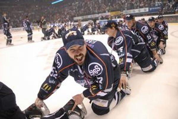 Dočkal sa gólu aj titulu. Útočník HC Peter Fabuš bol po poslednom zápase sezóny šťastný. Užil si aj majstrovský vláčik.