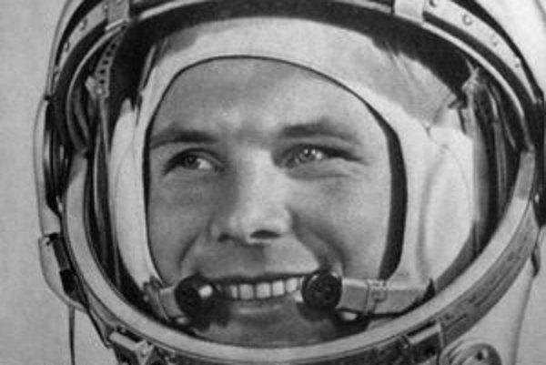 """Jurij Alexejevič Gagarin. Podtext: Gagarin bol prvým človekom, ktorý sa """"pozrel"""" do vesmíru."""