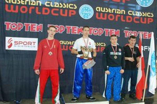 Medailisti z Innsbrucku. Zlatý Viliam Vanta (na najvyššom stupienku) a bronzový Pavol Gaško (po jeho ľavej ruke).