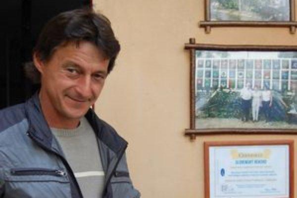 Držiteľ rekordu: O. Frankovič. Na snímke s certifikátom, ktorý jeho zbierku zaradil medzi slovenské rekordy.