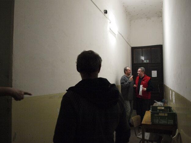 Vstup do nocľahárne. Každý z bezdomovcov musí pri príchode prejsť dychovou skúškou.