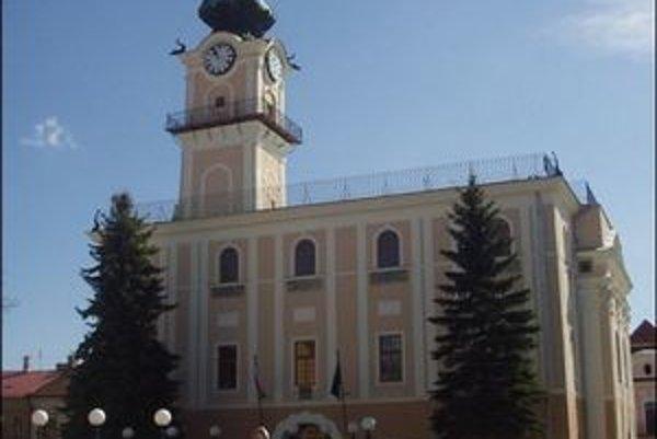 """Kežmarská radnica. Podľa súpisu v roku 1 715 malo mesto dvetisíc obyvateľov, spomedzi ktorých bolo 290 remeselníkov, čo už označovali ako """"preľudnenosť"""" v remeslách."""