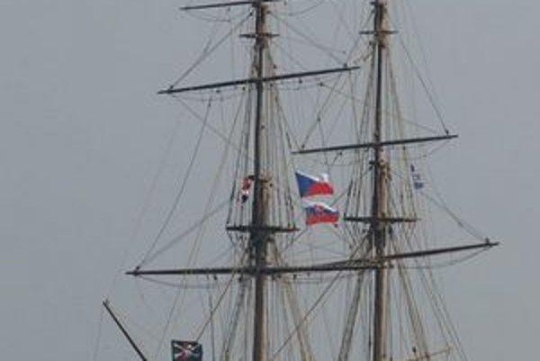 La Grace je výnimočnou replikou historickej lode z 18. storočia. Okrem českej vlajky ju zdobí i slovenská.