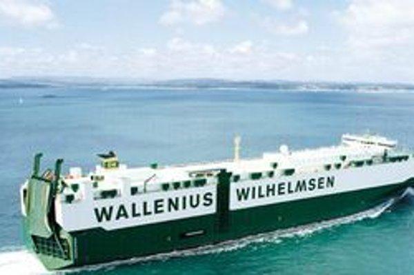 Loď Faust na prepravu áut. Faust má 13 palúb a nad hladinu čnie do výšky 52 metrov.