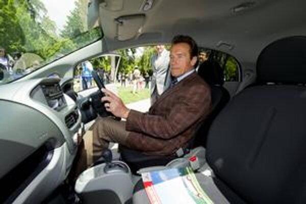 Schwarzenegger v elektromobile i-MiEV. Verejná správa štátu Kalifornia otestuje dva elektromobily Mitsubishi i-MiEV.