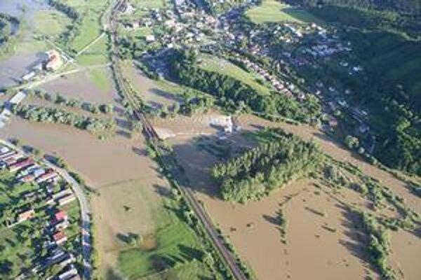 Letecky pohľad. Rozvodnený Hornád v Družstevnej zalial aj futbalové ihrisko.