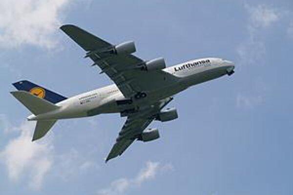 Airbus A380. Prvý poschodový Airbus A380 spoločnosti Lufthansa sa predviedol v efektnej letovej ukážke.