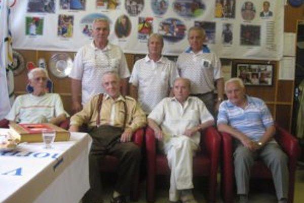 Účastníci stretnutia generácií – dole zľava Ctibor Šturcel, Ladislav Skarba, Štefan Gürtler a Oldřich Bříza, hore zľava Peter Tichý, Vladimír Revický a Vladimír Mečiar.