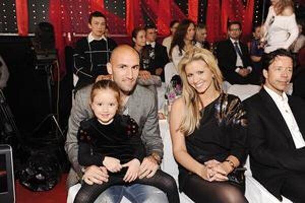 Slovenskí Beckhamovci. Patrícia a Robo si užívajú najkrajšie okamihy kariéry. Len na rozdiel od Davida a Victorie sa s nimi netešia synovia, ale dcéry (na snímke so staršou Sofiou Zarou).