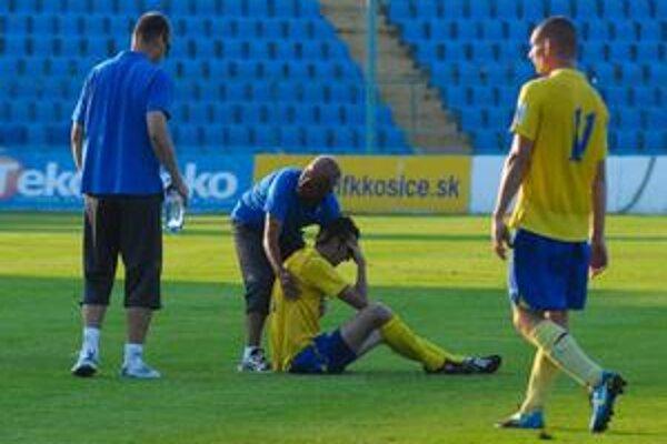 Smoliar. Len niekoľko minút pred koncom prvého polčasu sa zranil Kamil Kuzma, pri ktorom je lekár Bartolomej Magyar.