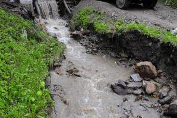 V Malej Lodine čistia koryto potoka ťažké stroje, dažde miestnych prinútili hliadkovať.