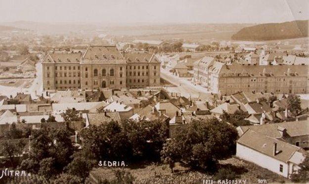 V minulosti bola Tabáň zastavaná. V pozadí je budova súdu.