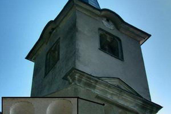 Kostol v Brehove. Románska veža s detailom jedného z pôvodných okien.