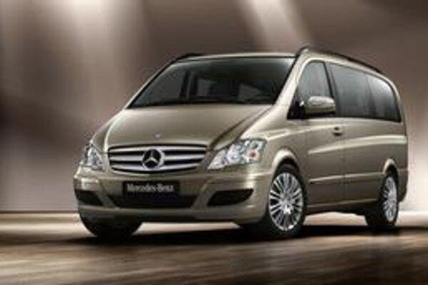 Mercedes-Benz Viano novej generácia. Veľkopriestorové Viano má novú prednú časť v štýle osobných mercedesov.