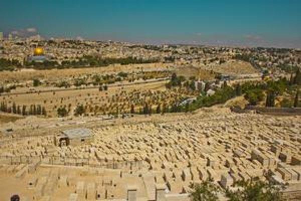Židovský cintorín. Tí, ktorí sú pochovaní na najnižších miestach, budú vzkriesení medzi prvými a majú Mesiáša sprevádzať do chrámu.