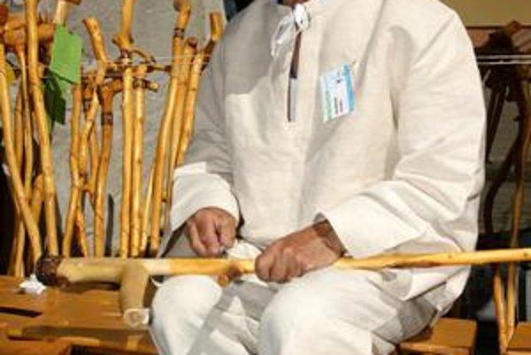 Bývalý starosta. Dnes vyrezáva pastierske paličky a vyrába drevené stoličky.