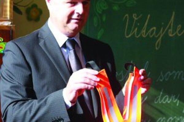 Ján Spevár rozdával prvákom v Handlovej reflexné traky.