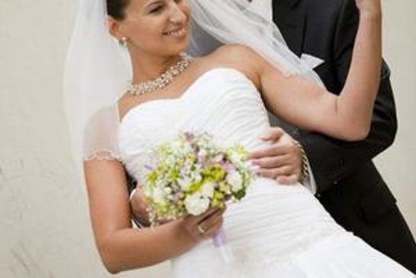 Šťastný pár. Mladomanželia Peter a Janka si prvé manželské týždne slastne vychutnávajú.