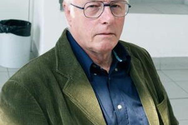 Profesor George Pickett. Prof. Pickett ochladil kúsok materiálu na najnižšiu teplotu vo vesmíre.