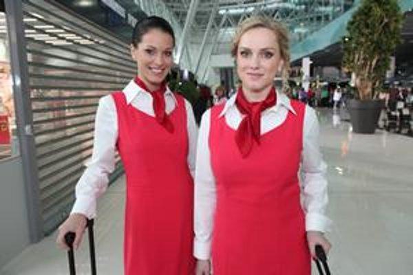 Karolíne Čičátkovej a Monike Hilmerovej uniformy letušiek ozaj seknú.